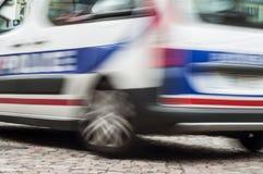 französischer Polizeiwagen im Verkehr - Notkonzept-Unschärfeauto stockbild