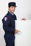 Französischer Polizist mit Plakat Stockfoto