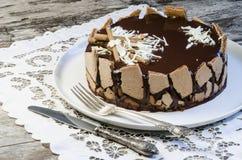 Französischer Schokoladenkuchen bedeckt mit Spiegelschokoladenzuckerglasur Lizenzfreie Stockfotografie