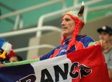 Französischer Sportfreund stützt Team France während Männer Rios 2016 ` s des Wasserball-Gruppenmatches zwischen den Vereinigten  Lizenzfreies Stockfoto
