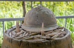 Französischer Sturzhelm und Kugeln von Weltkrieg 1 Lizenzfreie Stockbilder