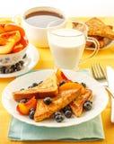 Französischer Toast mit Früchten lizenzfreie stockfotos