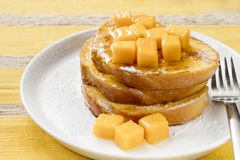 Französischer Toast mit frischer Mango Stockfotografie