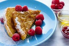 Französischer Toast mit Honig und Himbeeren Lizenzfreie Stockfotografie