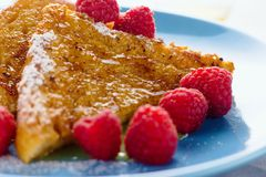 Französischer Toast mit Honig und Himbeeren Stockbild