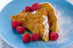 Französischer Toast mit Honig, Zucker und Himbeeren Lizenzfreies Stockbild