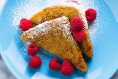 Französischer Toast mit Zucker und Himbeeren Stockbilder
