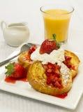 Französischer Toast und frische Erdbeeren Stockbilder