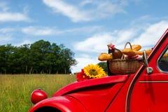 Französisches Auto mit Brot und Wein Stockfotografie