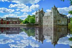 Französisches Bretagne-Dorf an einem sonnigen Tag Schloss reflektieren sich im See franc lizenzfreies stockfoto