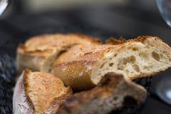 Französisches Brot des Stangenbrots auf weißer Platte stockbild