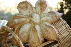 Französisches Brot (Schmerz) und Korb (panier) in Maisse, Frankreich lizenzfreie stockfotografie