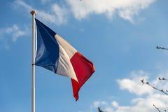Französisches fahnenschwenkendes auf dem Wind stockfotos