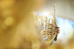 Französisches Horn mit den Fingern, den Ventilen und den Rohren Lizenzfreie Stockbilder