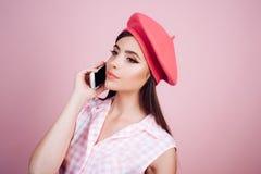 französisches Mädchen mit Telefon Pariser Dame Pinupmädchen mit dem Modehaar Stift herauf Frau mit modischem Make-up Mädchen in d stockbilder