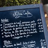 Französisches Menübrett-Nahaufnahmequadrat Restaurant Paris Frankreich Stockfotos