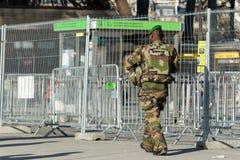 Französisches Militär in einer Straße von Paris Stockbild