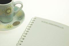 Französisches Notizbuch und Kaffee Stockbilder