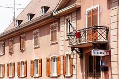 Französisches Polizeirevierhaus mit französischer Flagge Lizenzfreie Stockfotos