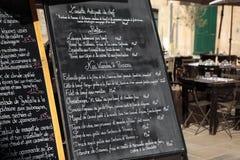 Französisches Restaurant mit Menü Stockfotos
