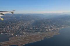 Französisches Riviera und der Nizza Flughafen von der Höhe des Fluges von Lizenzfreies Stockfoto