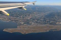 Französisches Riviera und der Nizza Flughafen von der Höhe des Fluges von Stockfoto