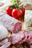 Französisches saucisson mit Käse Stockfotos