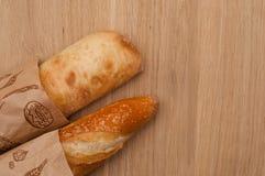Französisches Stangenbrot und italienisches ciabatta Brot Stockbild