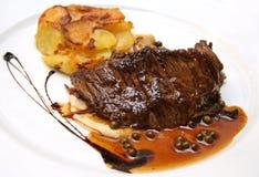 Französisches Steak mit gestampften Kartoffeln und Pfeffer Lizenzfreies Stockbild