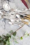 Französisches Tischbesteckkonzept der Weinlese mit leabes und Marmor lizenzfreies stockbild