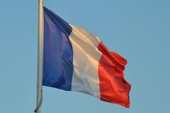 Französisches Tricolour Flaggen-Fliegen Lizenzfreie Stockbilder