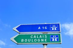Französisches Verkehrsschild, das nach Calais und Boulogne zeigt lizenzfreie stockfotografie