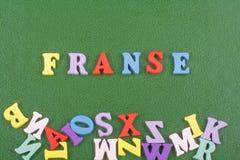 FRANZÖSISCHES Wort auf dem grünen Hintergrund verfasst von den hölzernen Buchstaben des bunten ABC-Alphabetblockes, Kopienraum fü Stockfotos