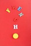 FRANZÖSISCHES Wort auf dem roten Hintergrund verfasst von den hölzernen Buchstaben des bunten ABC-Alphabetblockes, Kopienraum für Stockfotografie
