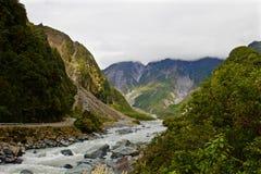 Franz Joseph-Fluss, der von der Spitze des Berges fließt stockfotografie