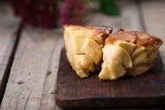 Franzose-Apple-Rum-Kuchen auf einem Holztisch Stockfoto