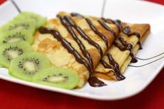 Franzosekrepps mit Schokolade und Kiwi Lizenzfreies Stockfoto