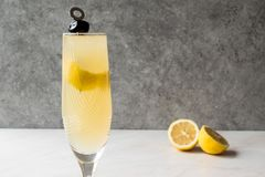 Franzosen 75 Champagne Cocktail mit Zitronen-Schale und schwarzer Olive Lizenzfreie Stockbilder