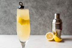 Franzosen 75 Champagne Cocktail mit Zitronen-Schale und schwarzer Olive Lizenzfreies Stockfoto