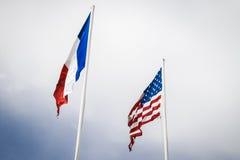 Franzosen und USA-Flaggen, die bei Utah fliegen, setzen, Normandie auf den Strand Lizenzfreie Stockbilder