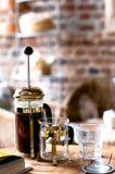 Franzosepresse und Glas Wasser Lizenzfreie Stockfotografie