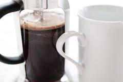 Franzosepressekaffee und -becher Lizenzfreie Stockbilder
