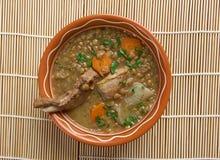 Französische Suppe mit Linsen und Dijon-Senf Stockbilder