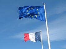 Französische und europäische Markierungsfahnen im Himmel Stockbild