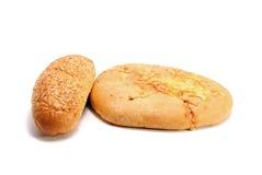 Französisches Stangenbrot und Brot mit dem Käse lokalisiert auf Weiß Lizenzfreies Stockfoto