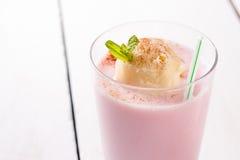 Frappè della fragola con la crema di gelato alla vaniglia immagini stock