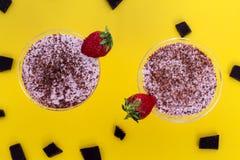 Frappé delle fragole con cioccolato e fondo bianco e giallo fotografie stock