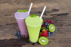 Frappé variopinto porpora del succo di frutta dei frullati del mirtillo e del kiwi fotografie stock