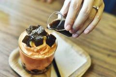 Frappe del tè del latte con la gelatina dell'erba fotografia stock
