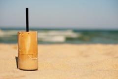 Frappe, Eiskaffee auf dem Strand Sommer gefror Kaffee u. x28; frappuccino, frappe oder latte& x29; in einem hohen Glas Stockfoto